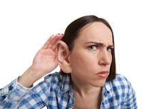 Vrouw met één het grote oor luisteren Stock Foto's