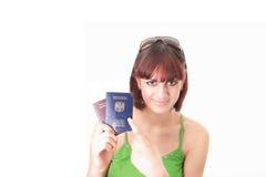 Vrouw met 2 paspoorten Stock Foto's