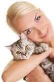 Vrouw met aanbiddelijk katje Royalty-vrije Stock Afbeelding