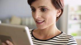 Vrouw met aanrakingsstootkussen stock video