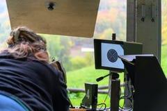 Vrouw met aanvalsgeweer op een het schieten waaier in Zwitserland royalty-vrije stock fotografie