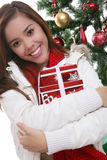 Vrouw met aanwezige Kerstmis Stock Afbeelding