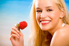 Vrouw met aardbei stock foto