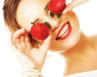 Vrouw met aardbei op de witte achtergrond Stock Afbeeldingen