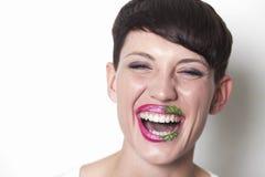 Vrouw met aardbeilippen het lachen Stock Afbeelding
