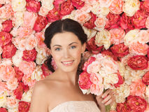 Vrouw met achtergrondhoogtepunt van rozen stock foto