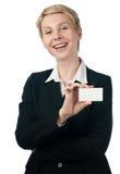 Vrouw met adreskaartje Royalty-vrije Stock Afbeeldingen