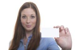 Vrouw met adreskaartje Royalty-vrije Stock Foto's