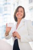 Vrouw met adreskaartje over bureau Stock Foto