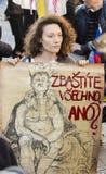 Vrouw met affiche tegen de voorzitter Zeman die de demonstratie op het vierkant 2017 bijwonen van Praag Wenceslas Stock Foto's