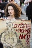 Vrouw met affiche tegen de voorzitter Zeman die de demonstratie op het vierkant 2017 bijwonen van Praag Wenceslas Royalty-vrije Stock Foto's