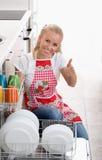 Vrouw met afwasmachine stock fotografie