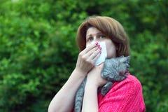 vrouw met allergieën voor een kat stock foto