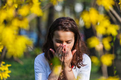 Vrouw met allergie het niezen royalty-vrije stock fotografie