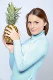 Vrouw met ananas Royalty-vrije Stock Fotografie