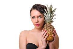 Vrouw met ananas stock afbeeldingen
