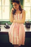 Vrouw met antieke telefoon Stock Foto