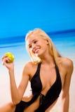 Vrouw met appel in bikini Stock Foto's