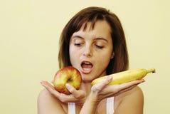 Vrouw met appel en banaan royalty-vrije stock foto