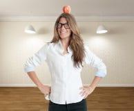 Vrouw met appel op haar hoofd Stock Foto's