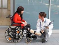 Vrouw met arts Stock Foto's
