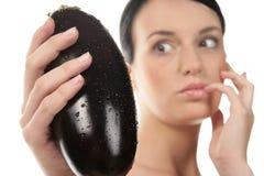 Vrouw met aubergines Stock Foto's