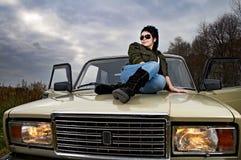 Vrouw met auto Royalty-vrije Stock Afbeeldingen