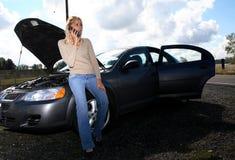 Vrouw met autoprobleem stock afbeelding
