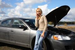 Vrouw met autoprobleem royalty-vrije stock afbeeldingen