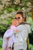 Vrouw met baby Stock Foto's