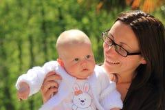 Vrouw met baby Stock Afbeeldingen
