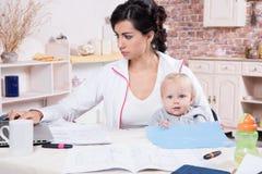Vrouw met Baby het Werken van Huis Royalty-vrije Stock Fotografie
