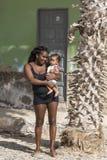 Vrouw met babyzout Rei Cape verde stock afbeeldingen
