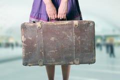 Vrouw met bagage bij de luchthaven Stock Fotografie