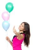 Vrouw met ballons die en duim glimlachen tonen Stock Afbeeldingen