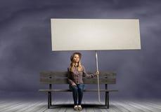 Vrouw met banner Stock Afbeeldingen