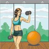 Vrouw met barbell vectorillustratie in retro pop-artstijl Sportfitness concepten grappige affiche Meisjes slank lichaam in gymnas Royalty-vrije Stock Afbeeldingen