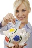 Vrouw met besparingenvarken Stock Fotografie