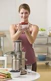 Vrouw met bessen en juicer royalty-vrije stock afbeelding