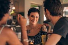 Vrouw met beste vrienden bij restaurant royalty-vrije stock foto's