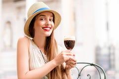 Vrouw met Bicerin-koffie stock afbeelding