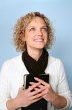 Vrouw met Bijbel stock foto