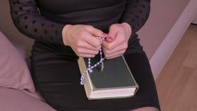 Vrouw met Bijbel en kruisbeeld stock video