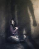 Vrouw met Bijbel en schaduw Stock Foto