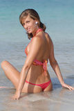 Vrouw met bikini dichtbij het overzees Royalty-vrije Stock Afbeeldingen