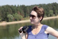Vrouw met binoculair Stock Foto's