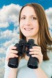Vrouw met binoculair en hemel Stock Afbeeldingen