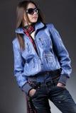 Vrouw met blauw zonnebriljasje stock fotografie