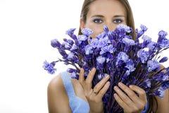Vrouw met blauwe bloemen Royalty-vrije Stock Foto's