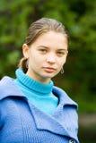 Vrouw met blauwe laag in openlucht Stock Afbeeldingen